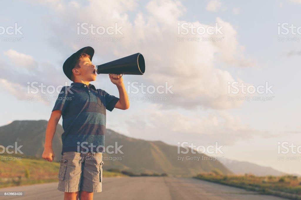 Kleiner Junge spricht über Megaphon – Foto