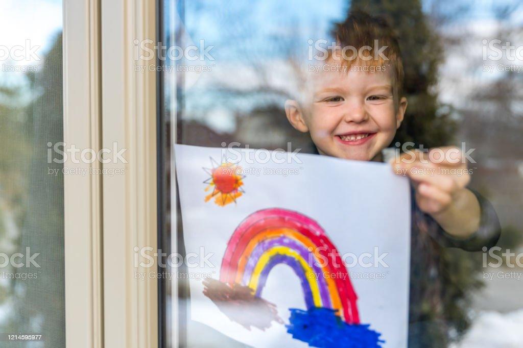 Junge Kleben seine Zeichnung auf Hausfenster während der Covid-19-Krise - Lizenzfrei 4-5 Jahre Stock-Foto