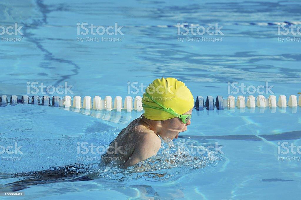 Junge junge-Brustschwimmen Rennen im Pool – Foto