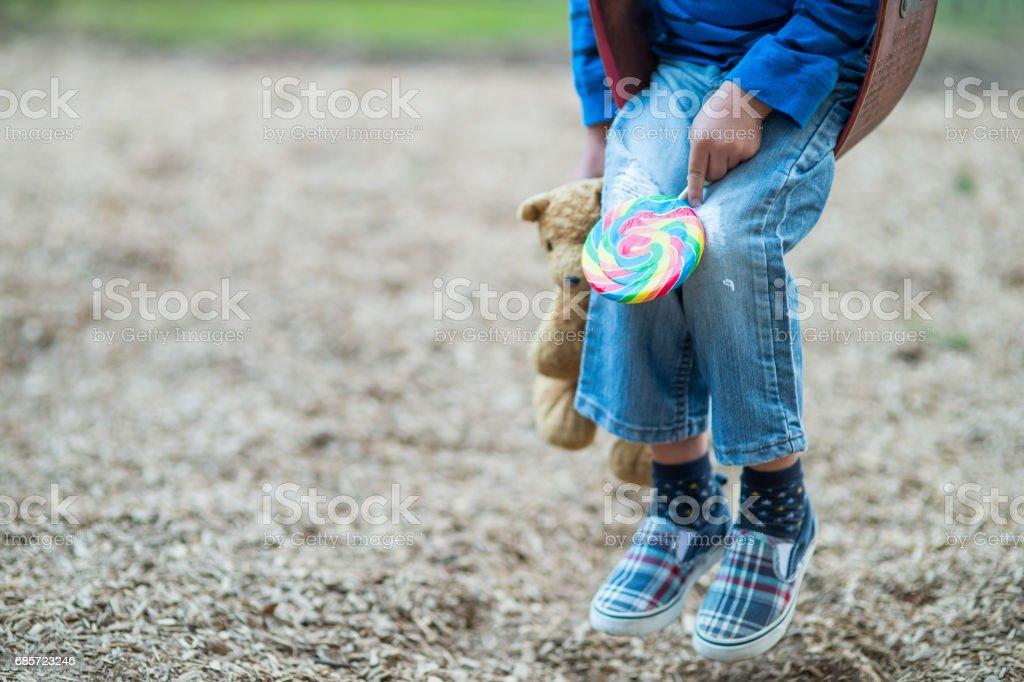小男孩在操場上蕩秋千獨自 免版稅 stock photo