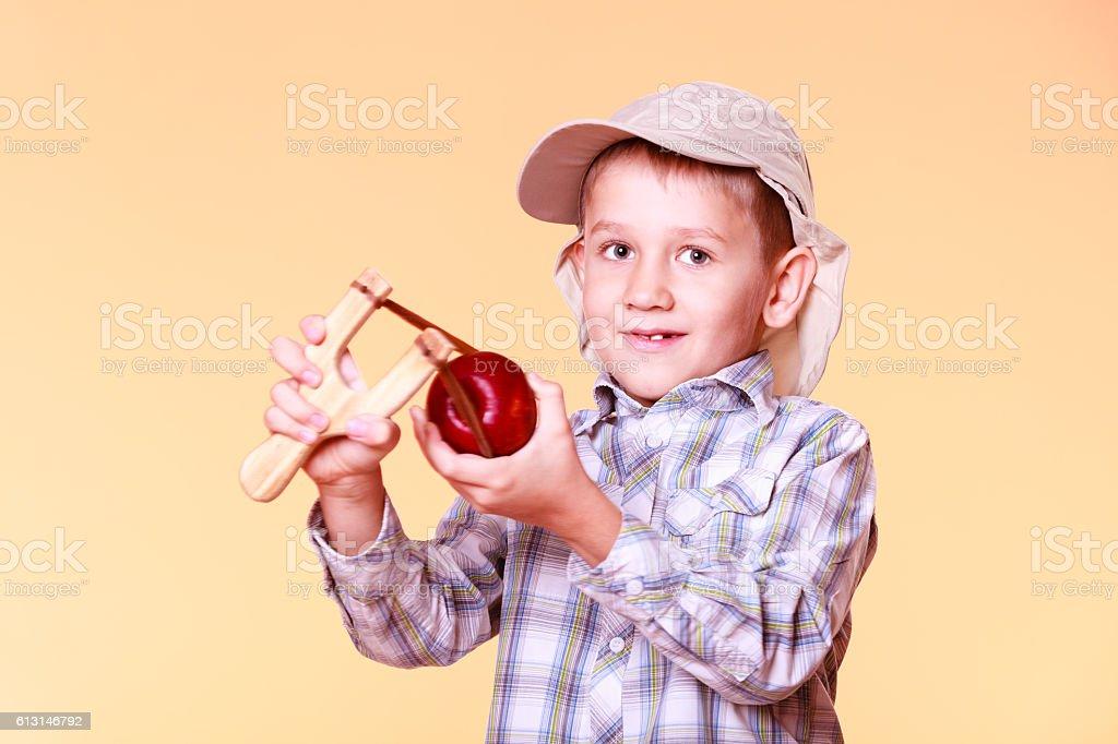 Junge Nutzung schlinge Foto schießen apple. – Foto