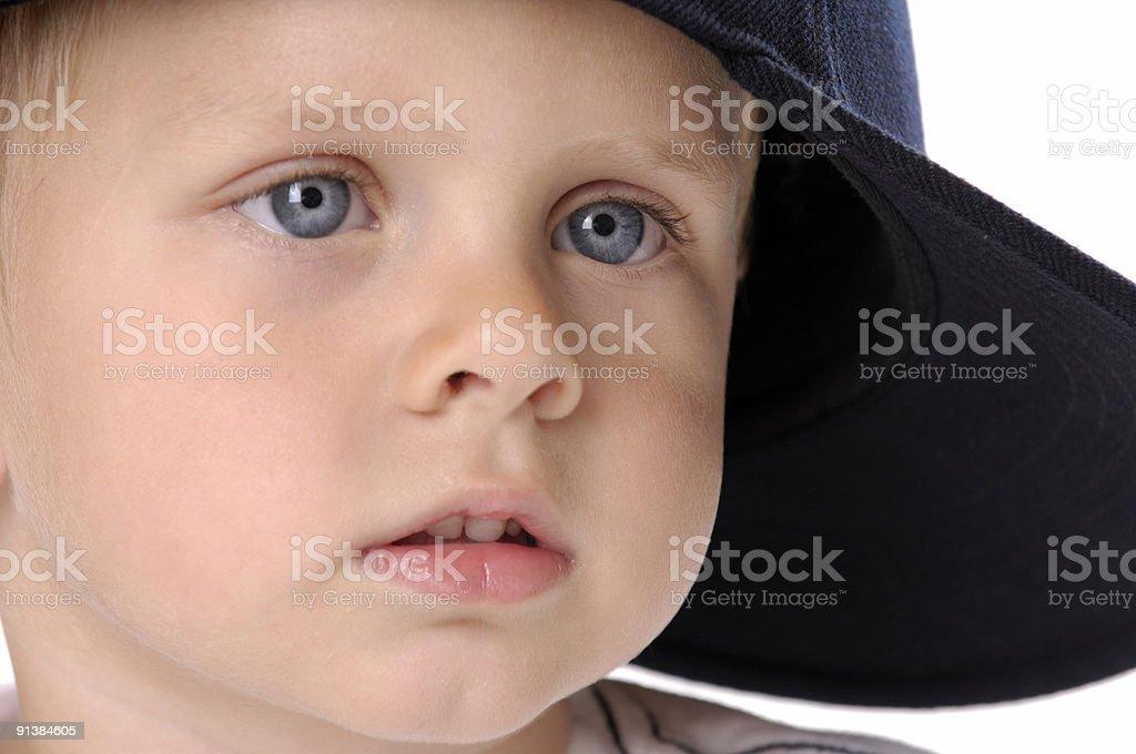 Kleiner Junge mit großen blauen Augen – Foto