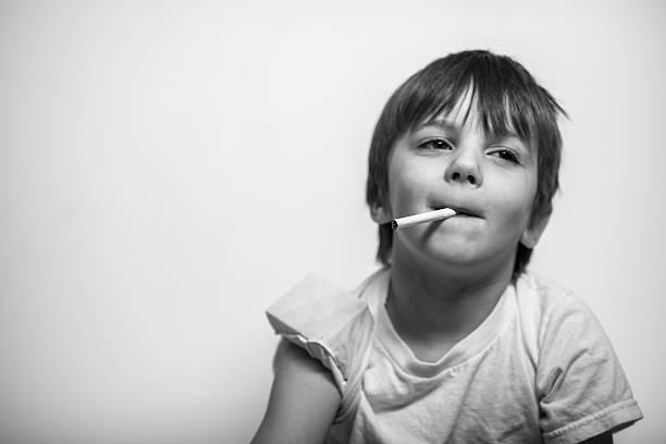 Junge Junge mit Zigarette in Hand, Wegsehen – Foto