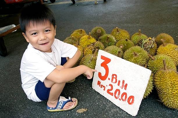 Junge mit Durians – Foto