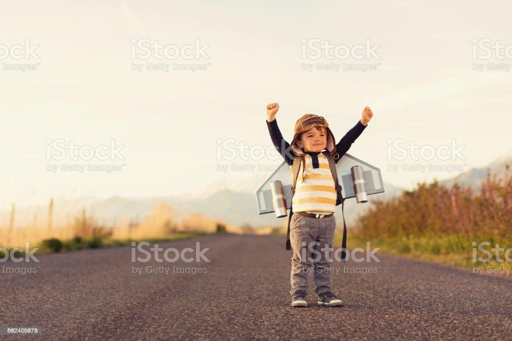 Junge mit Jet-Pack mit erhobenen Armen – Foto