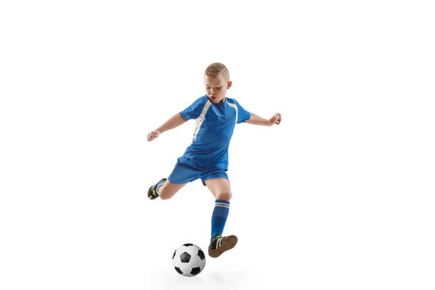 jongen met voetbal doen vliegende kick - jongen stockfoto's en -beelden