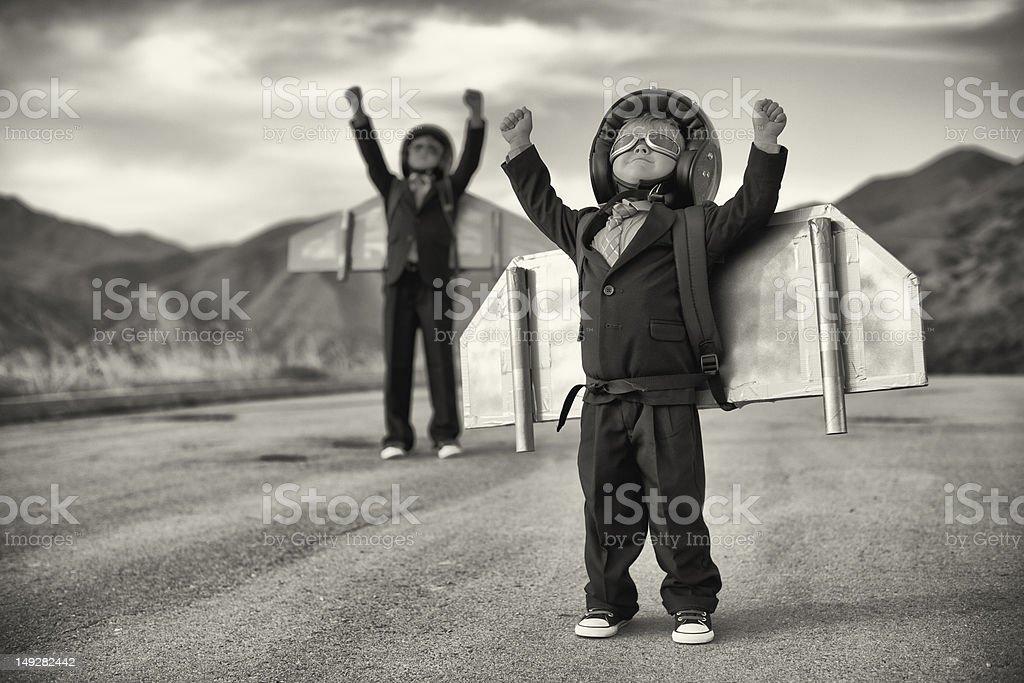 Young Boys vestido como el equipo de negocios usando paquetes de hidromasaje - foto de stock