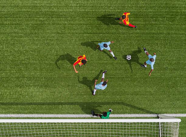 Jungen spielen Fußball – Foto
