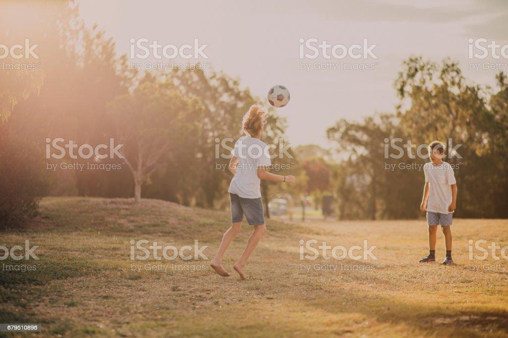 Jeunes garçons jouant au Soccer dans le parc - Photo