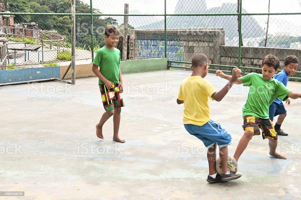 Garotos jogando futebol, Rio de Janeiro, Brasil, América do Sul. - foto de acervo