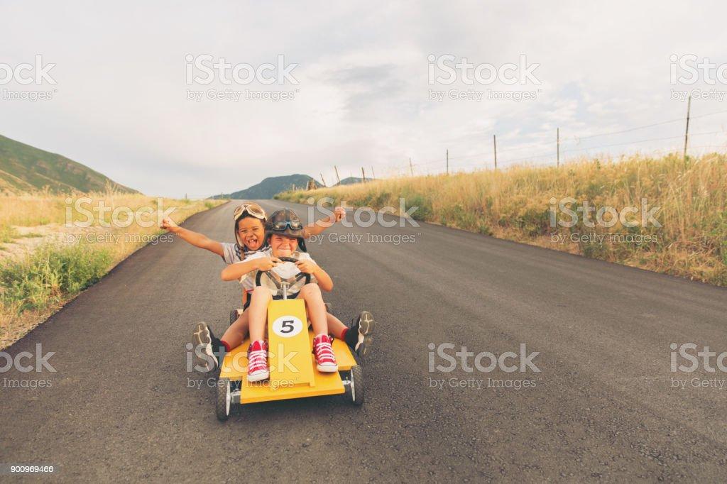 Junge Burschen, die hausgemachten Rennwagen – Foto