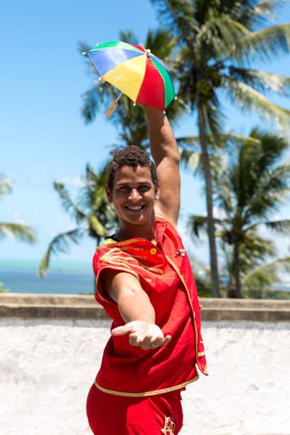 jovem brasileiro dança frevo em olinda, brasil - recife e olinda - fotografias e filmes do acervo