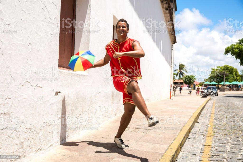 Jovem brasileiro dança Frevo em Olinda, Brasil - foto de acervo