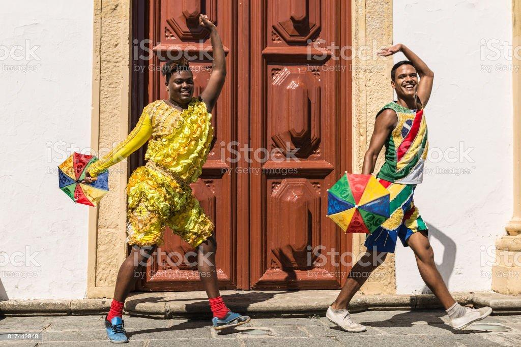 Jovens brasileiros estão dançando Frevo em Olinda, Brasil - foto de acervo