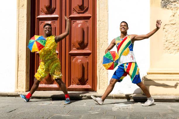 jovens brasileiros estão dançando frevo em olinda, brasil - recife e olinda - fotografias e filmes do acervo