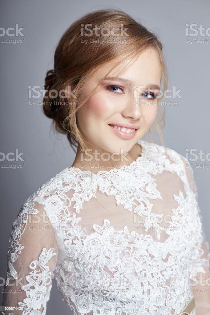 Maquillaje para morenas con vestido blanco