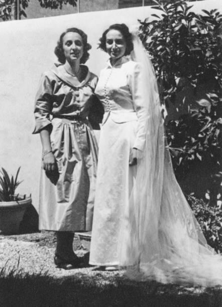 junge braut mit ihrer mutter am tag der hochzeit, 1950 - mütterbrautkleider stock-fotos und bilder