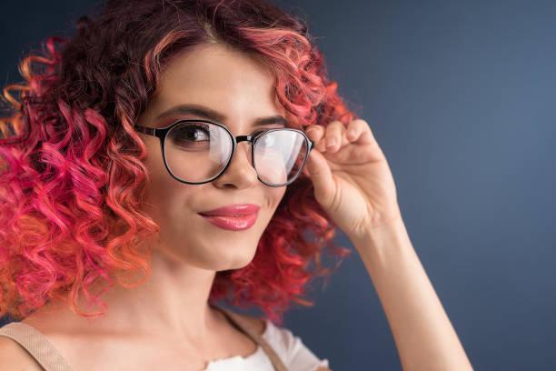 jonge lichte vrouw met brillen - gekleurd haar stockfoto's en -beelden