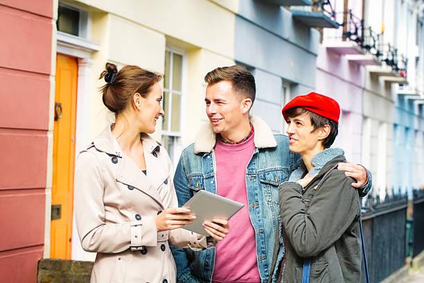 young-british paar diskutieren real estate mit weiblicher mitarbeiter im freien - frisch verheirateten beratung stock-fotos und bilder