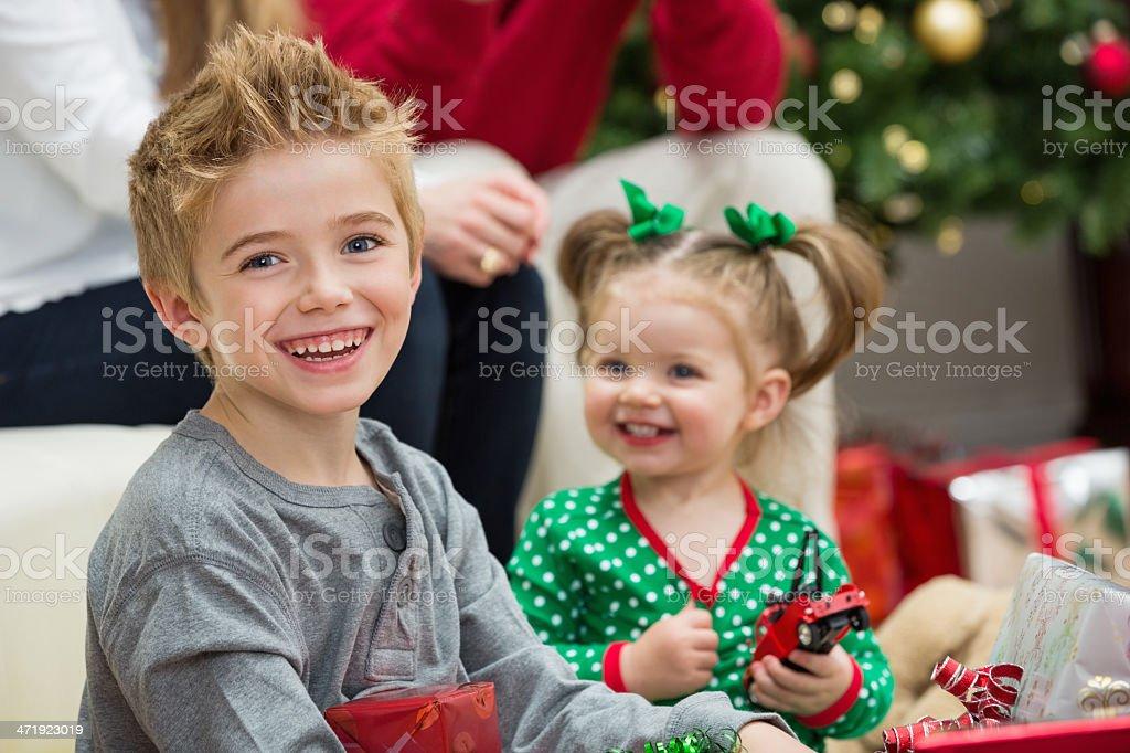 Regali Di Natale Fratello.Giovane Fratello E Sorella Giocando Con I Regali Di Natale Mattina