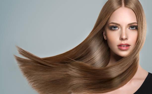 jovem, marrom cabelo lindo modelo com cabelo longo, cacheado e bem preparado. ondas de cabelo excelente. cuidados de cabeleireiro cabelo e arte. - longo - fotografias e filmes do acervo