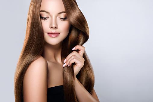 年輕 棕色頭髮美麗的模型與長 直 梳理好頭髮是撫摸自己的頭髮與壓痛 照片檔及更多 一個人 照片