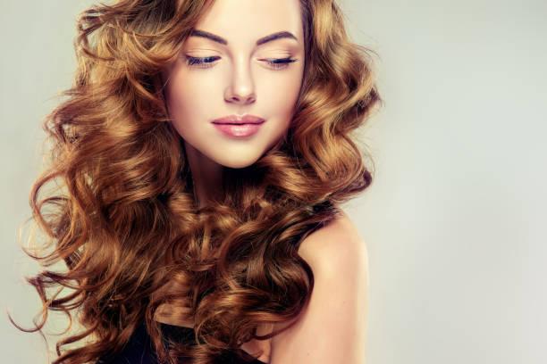 hacimli, parlak ve dalgalı saçlı genç, kahverengi saçlı kadın. - kabarık saç stok fotoğraflar ve resimler