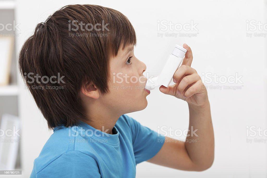 Junge mit inhaler – Foto