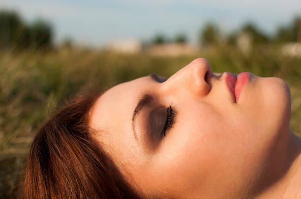 молодая брюнетка девушка на открытом воздухе - vlad models стоковые фото и изображения