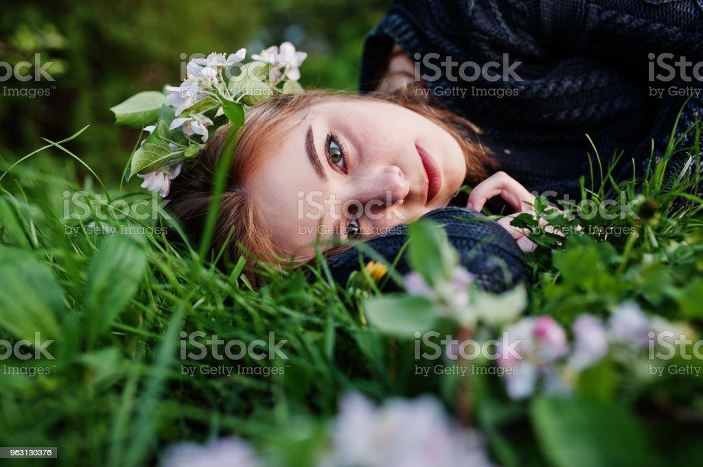 Ung brunett flicka - Royaltyfri Blomma Bildbanksbilder