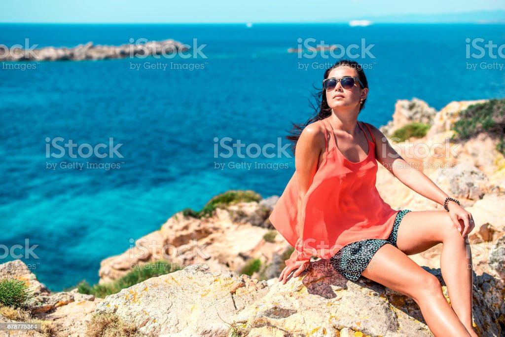 Young brunette girl relaxing near outdoor near sea photo libre de droits