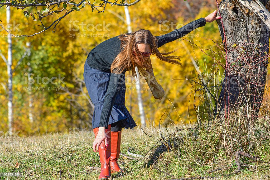 Young brunette on autumn mountain meadow foto stock royalty-free