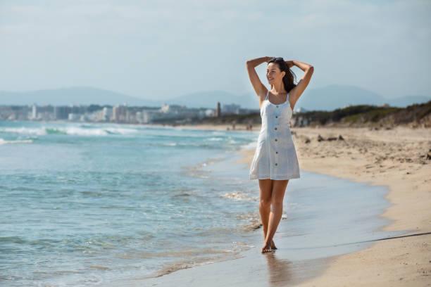 junge Brünette im Urlaub auf Mallorca am Strand – Foto
