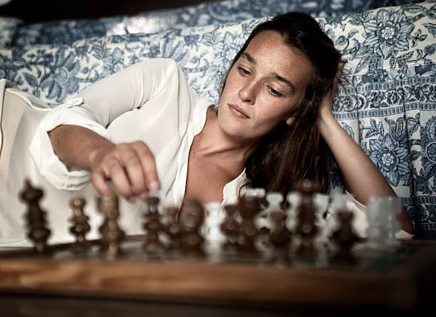 Young brunette spielt Schach – Foto