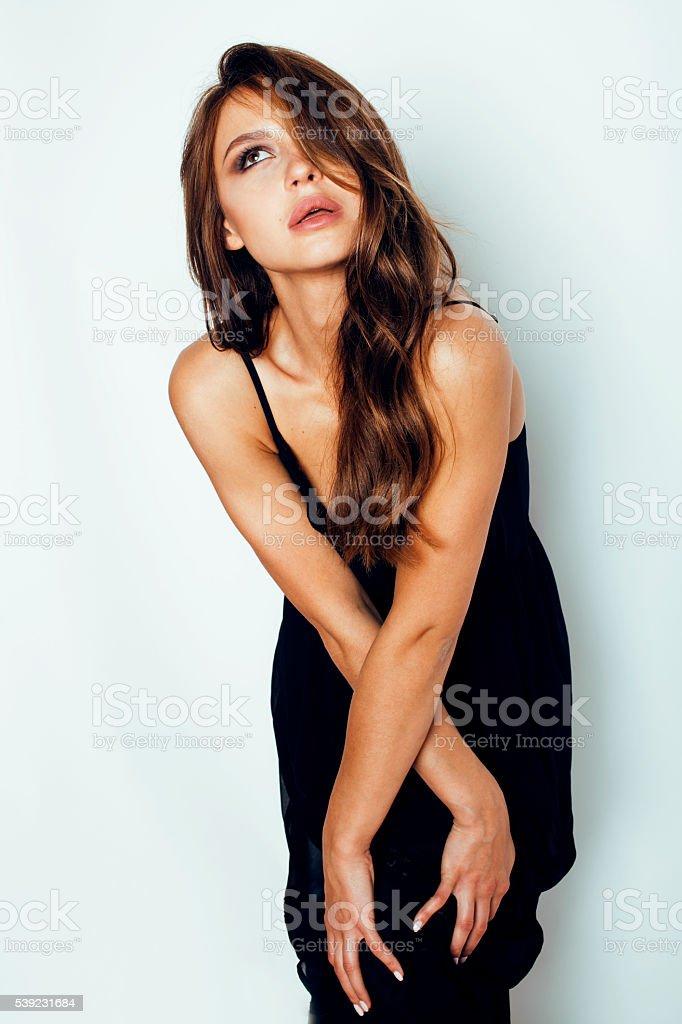 brunette joven hermosa mujer en vestido negro posando sobre blanco foto de stock libre de derechos