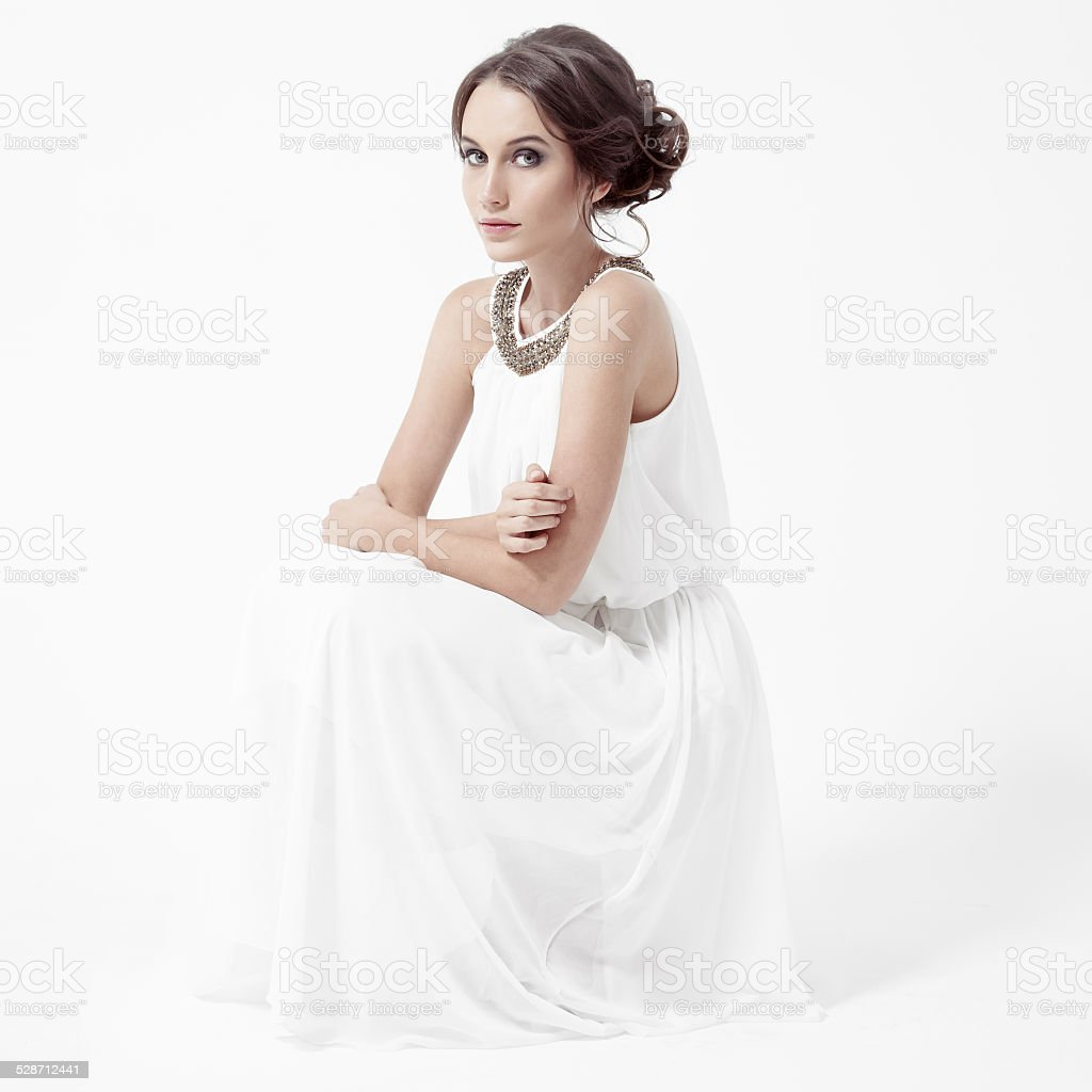 7f471848df52 Giovane Brunette Donna In Abito Bianco - Fotografie stock e altre ...