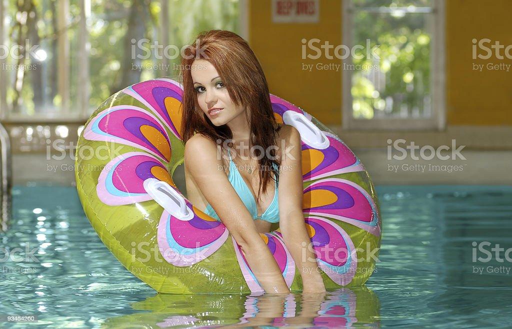 young brunette Frau spielt in einem Swimmingpool Lizenzfreies stock-foto