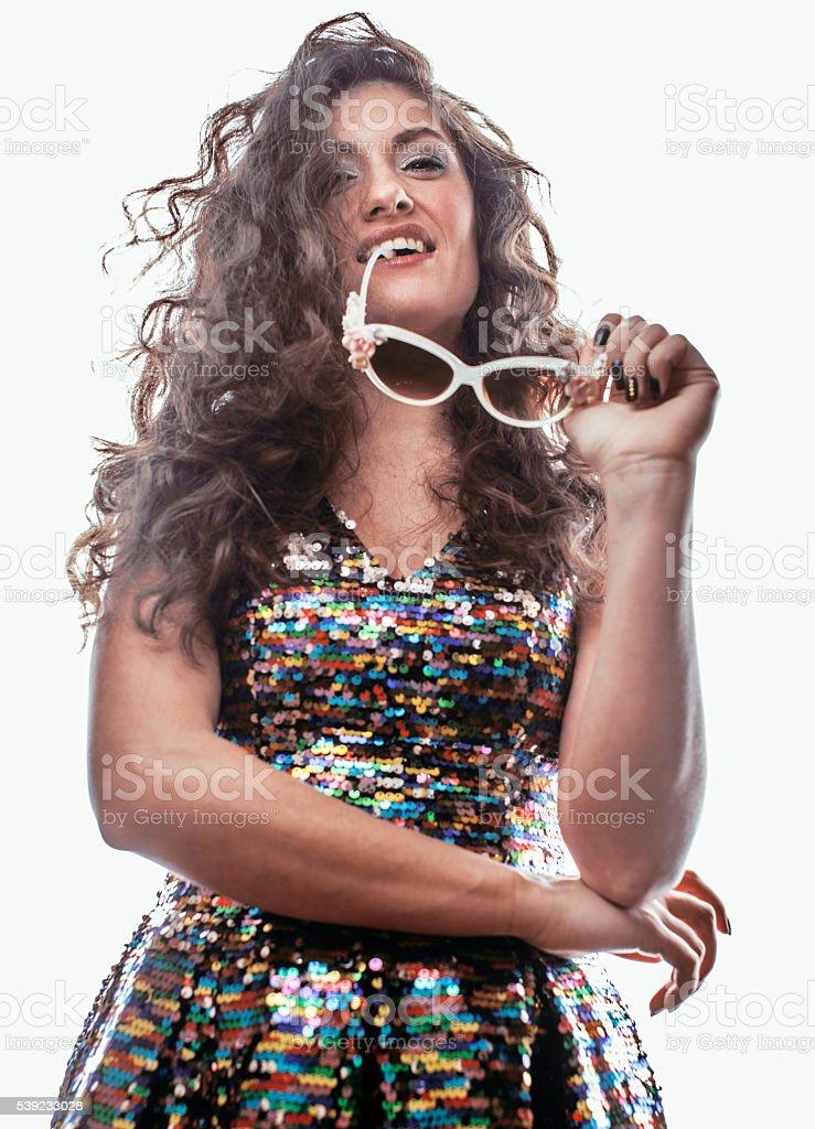 Morena joven mujer con rizado estilo en elegante vestido glamur foto de stock libre de derechos