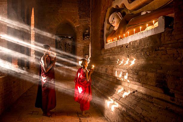 jóvenes monjes budistas en myanmar - hermano fotografías e imágenes de stock