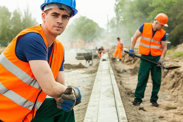 young building worker - satisfaction photos et images de collection