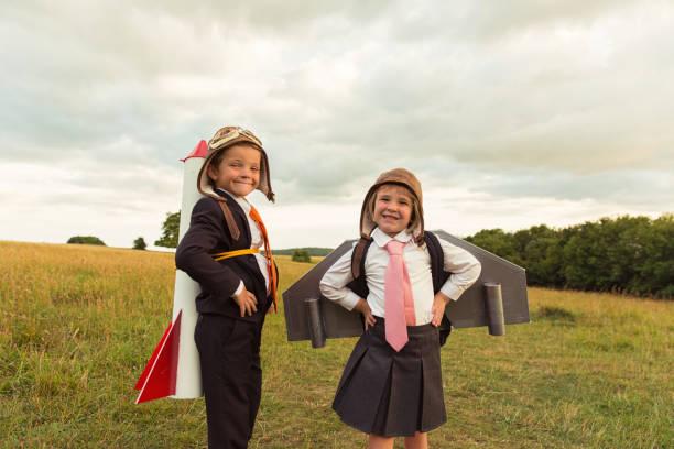 junges unternehmen jungen und mädchen mit rucola und jet-pack - traum team stock-fotos und bilder