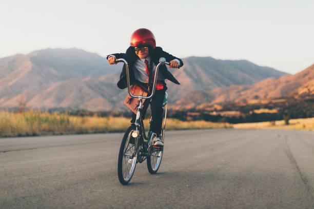 Junges Unternehmen junge Racing auf dem Fahrrad – Foto