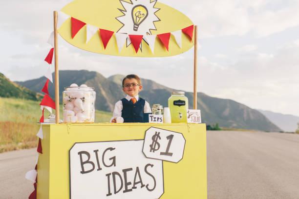 Junges Unternehmen junge läuft große Idee Stand – Foto