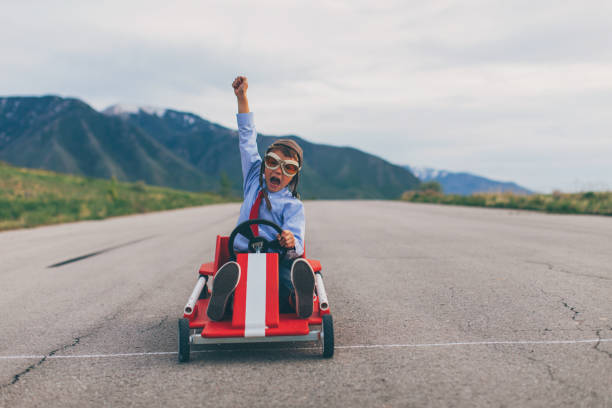 Junge Junge Geschäftsabschlüsse gehen Kartrennen – Foto