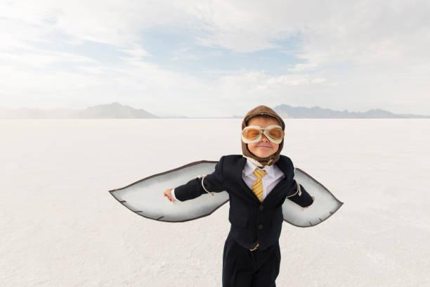 Junge Business Boy mit Karton Flügel – Foto