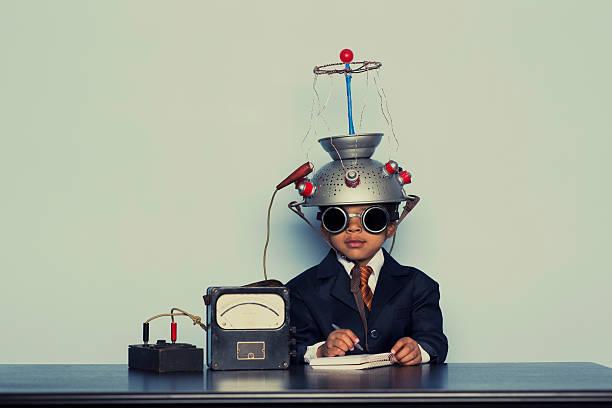 young business junge mit einem helm denken - gedanken lesen stock-fotos und bilder
