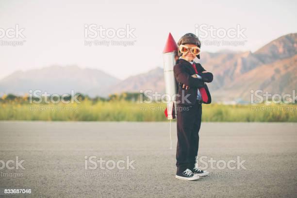 Junges Unternehmen Junge Mit Rucola Auf Rückseite Stockfoto und mehr Bilder von Rakete