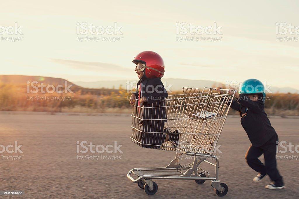 Giovane ragazzo di lavoro nel carrello - foto stock