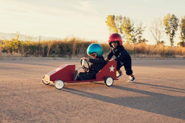 Jovens homens de negócios corrida de carro de brinquedo - foto de acervo