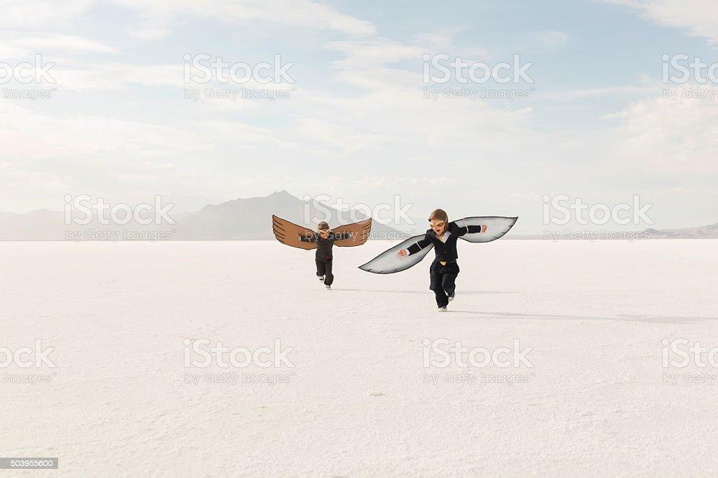 Jeune garçon d'affaires avec le carton ailes vol - Photo